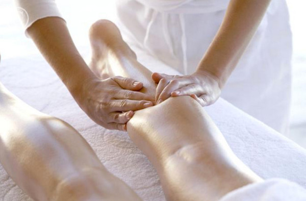 Woman_Receiving_Leg_Massage_42-16915198_jpg__700×487_