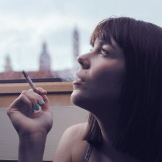 女性の喫煙は肌が黒ずむ?