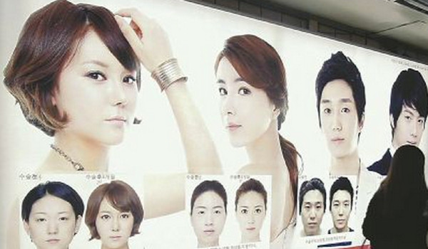 韓国の駅の美容整形クリニックの広告