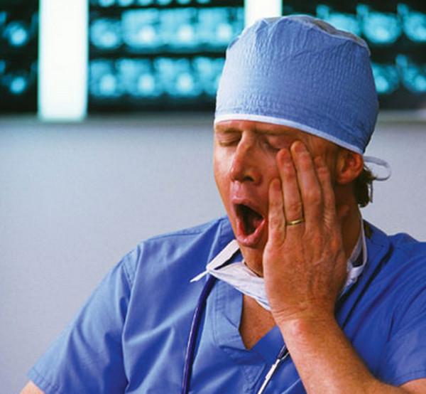 寝不足の外科医